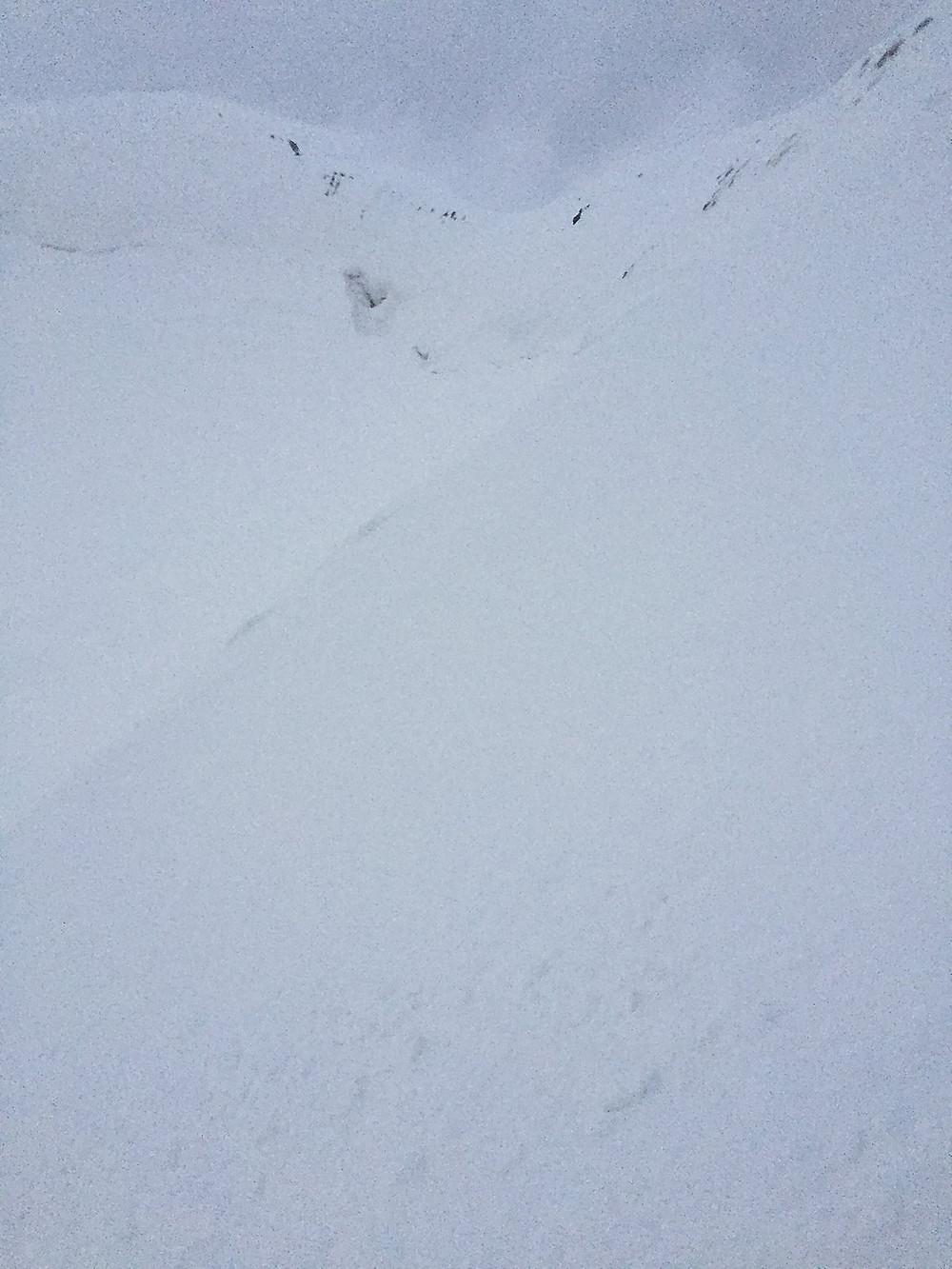 Снежный склон на котором я выкопал пещеру. | Треккинг к Пику Ленина | Блог Сергея Чеботова