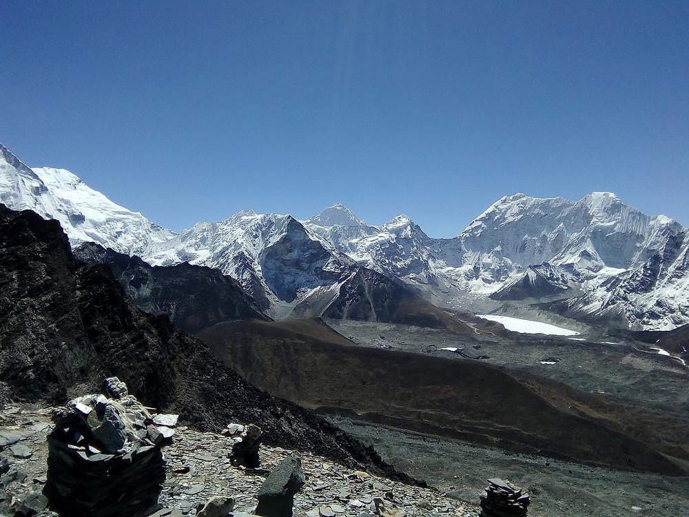 По центру Island peak 6189 м., правее его на заднем плане Makalu 8463 м. правее пик 38 и справа Buruntse 7168 м.  