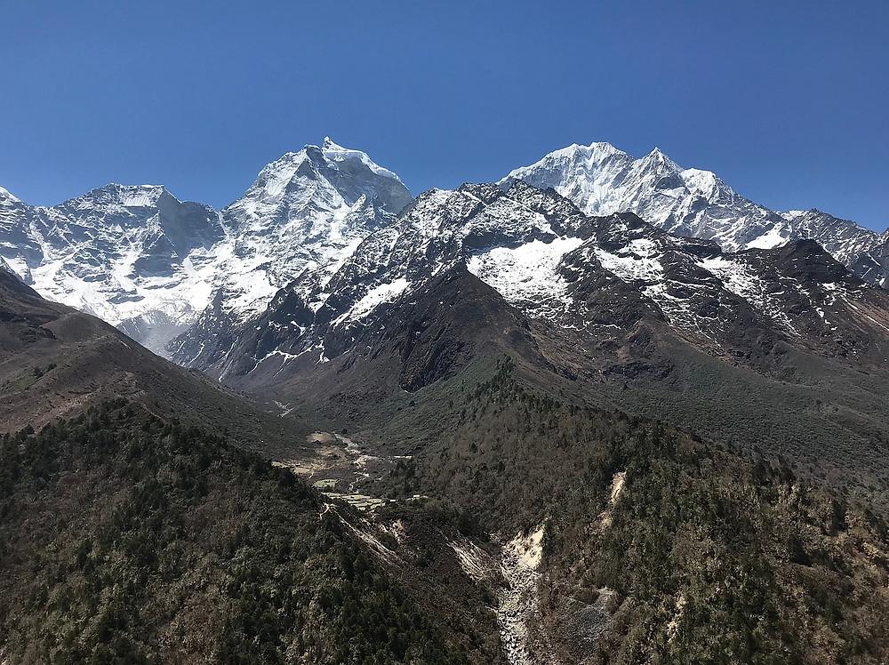 Заснеженные вершины Тамсерку и Квангде сопровождают нас на протяжении всего перехода.