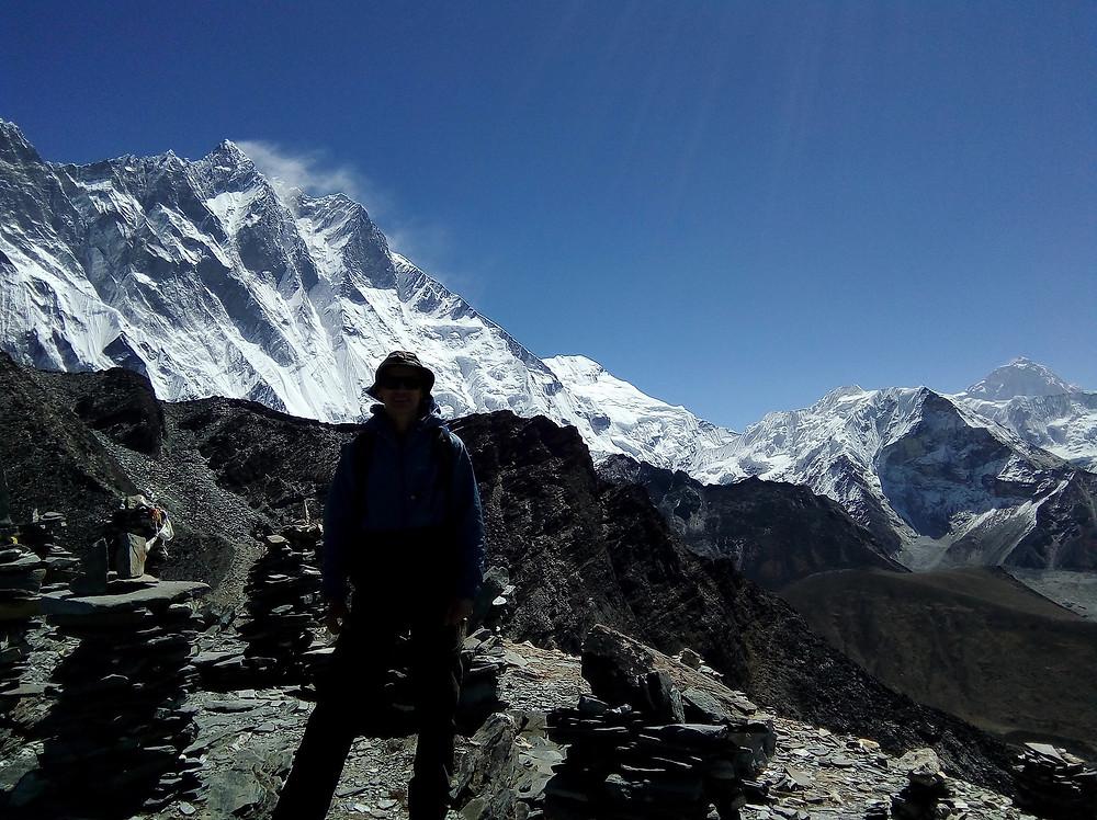 Снежные флаги над Lhotse 8414 м, справа на переднем плане Island peak.