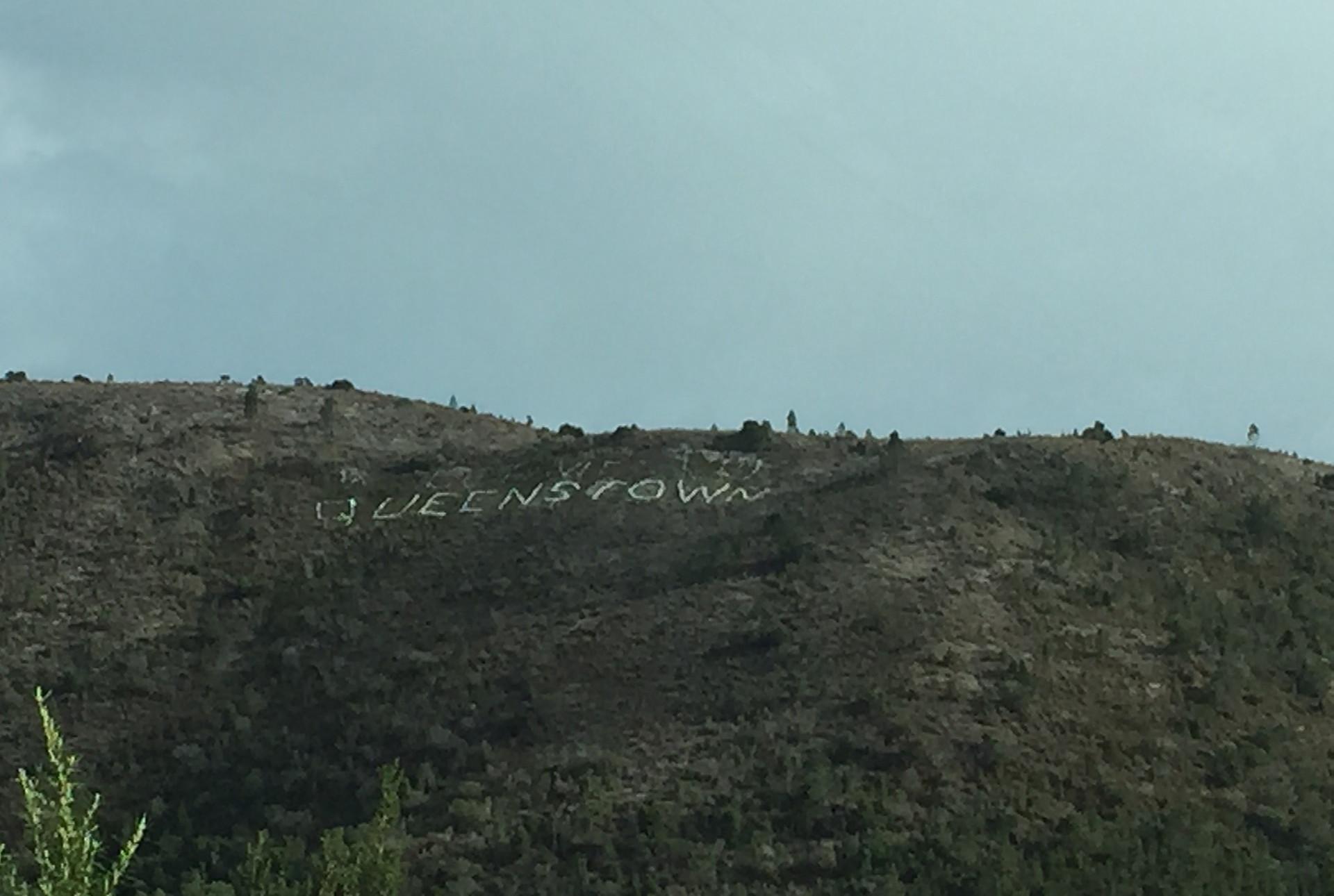Надпись Queenstown на горе — Тасмания 2017 — Блог о путешествиях Сергея Чеботова