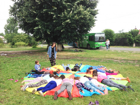 Abraços, incentivos e 120 crianças sob guarda-chuvas