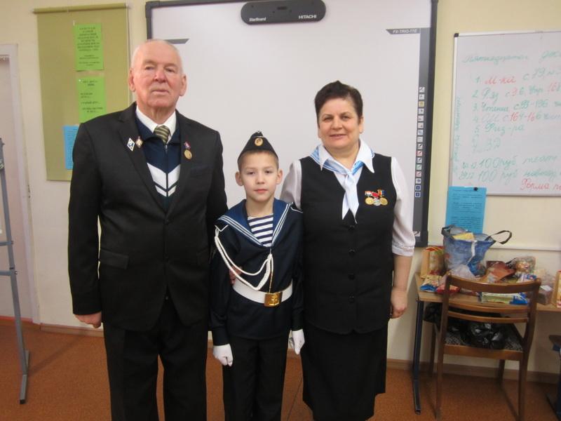 учитель ОБЖ Л.М.Щербак и командир 4 класса  Сырьев Никита