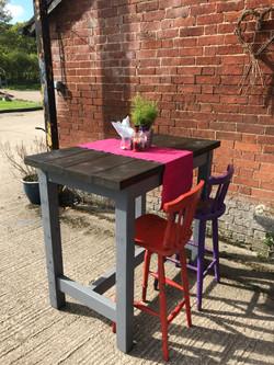Spacious Pub Poseur Table