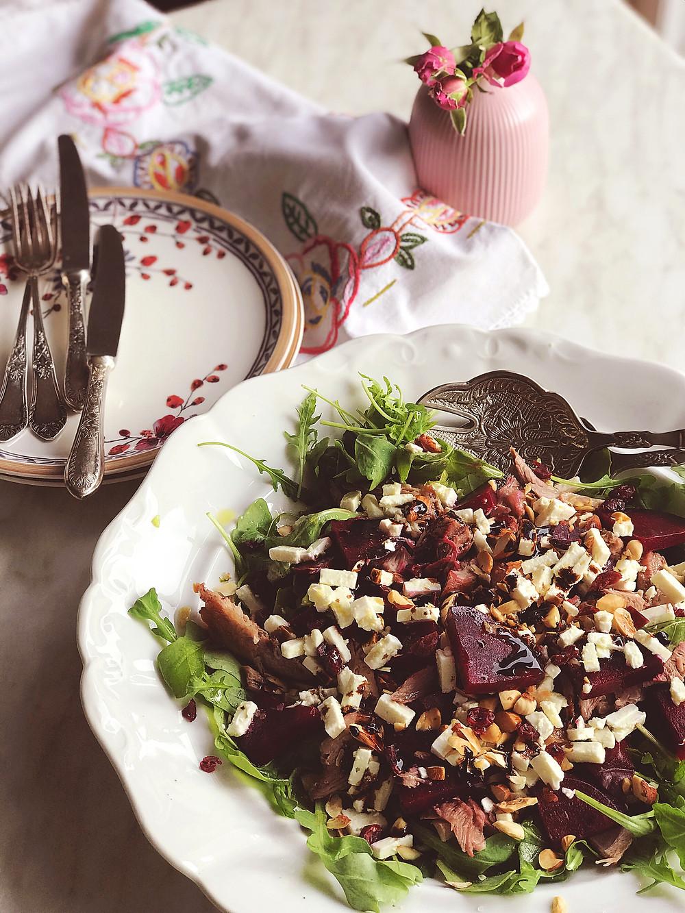 Salata s ciklom, kozjim sirom i mesom purećeg batka