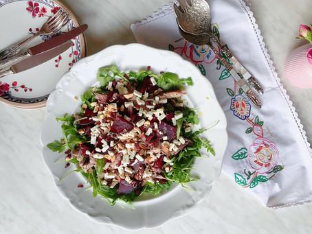 Salata s ciklom, kozjim sirom i mesom purećeg batka.