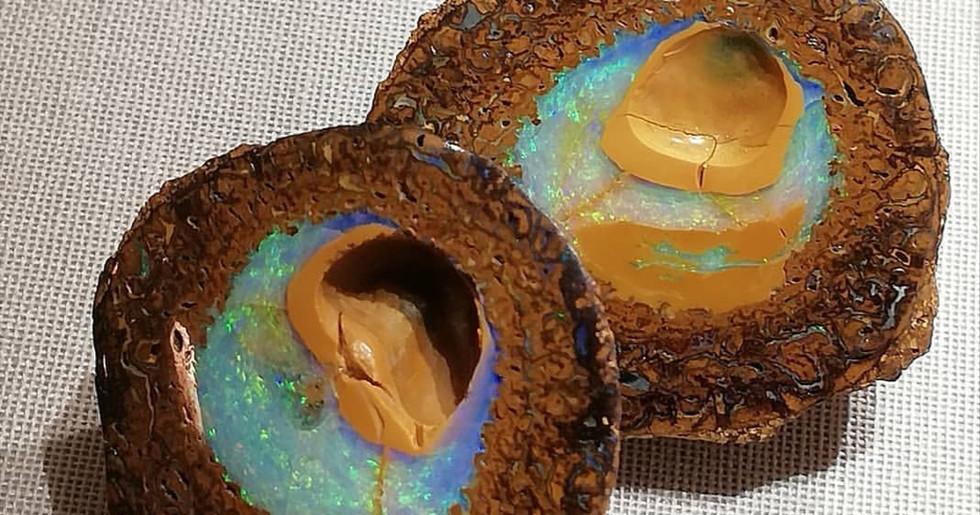 Eine mit Opal gefüllte Yowahnuss