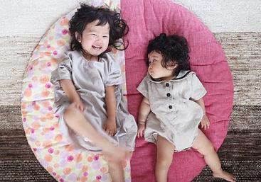 次女が生まれる少し前に次女のために購入したせんべい座布団。 姉妹並んで寝転んで写真を撮ると大きさや成長がよくわかります。 今でも愛用しています。