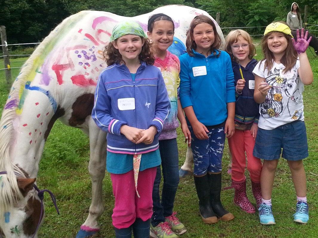 kids-decorate-horse