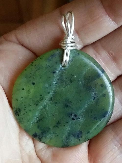 Jade néphrite pendentif monté sur fil d'argent 950 recuit.