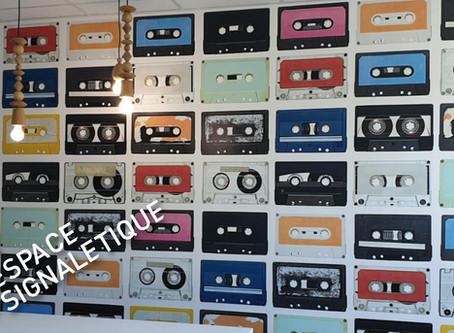 """Vintage pour ce """"wallpaper"""" réalisé et posé par ESPACE Signalétique"""