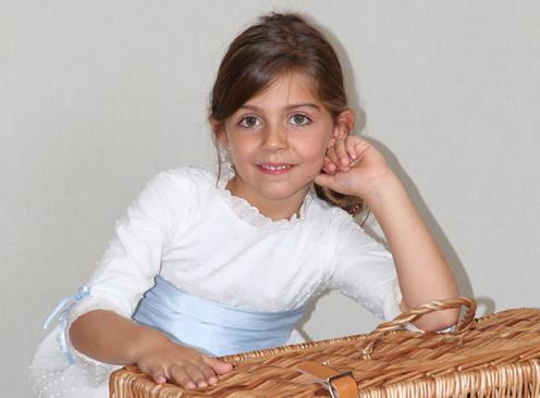 b7961858f Trajes de arras - Vestido de plumeti blanco con pasacintas y cintas en azul  a tono con el fajín de seda. Se puede poner el pasacintas en todos los  colores ...