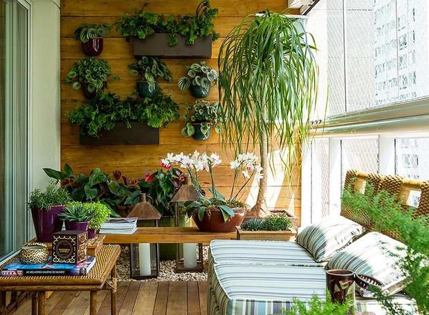 Plantas em um jardim suspenso na varanda de um apartamento