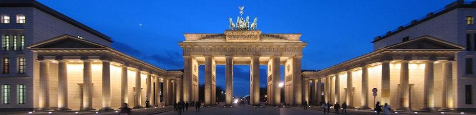 Brandenburg_Gate_panorama_at_night.jpg