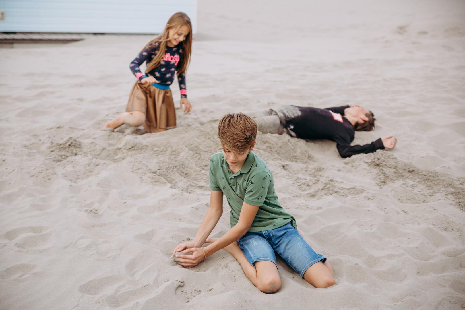 super gezellige familie lifestyle fotoshoot op het strand