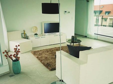 Vastgoedstyling : kartonnen meubels versus echte meubels