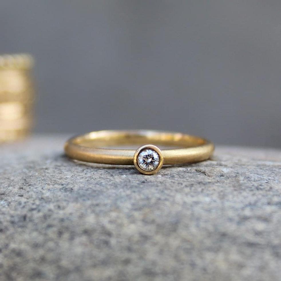 Verlobungsring aus Fairtrade Gold mit Laborgezüchtetem Diamant. Ökologisch und Fair. Hergestellt von Goldschmiedin Salome Holdener. goldrosa.
