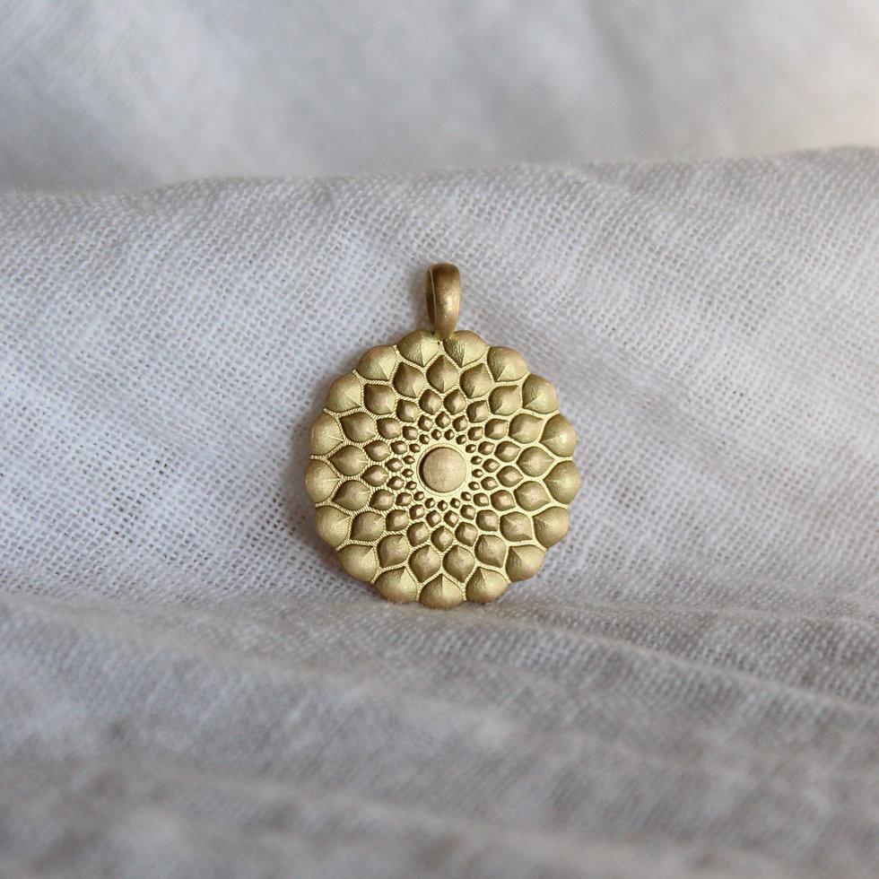 Anhänger aus Fairtrade Gold. Handgemacht in der Schweiz von Goldschmiedin Salome Holdener. goldrosa