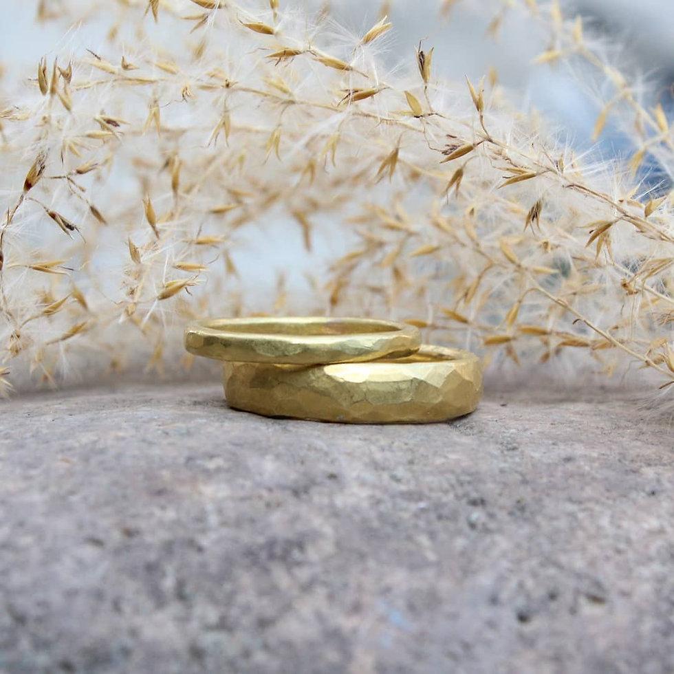 Eheringe aus Schweizer Naturgold. Ökogold und Fairtrade. Handgeschmiedet in der Schweiz von Goldschmiedin Salome Holdener. goldrosa.