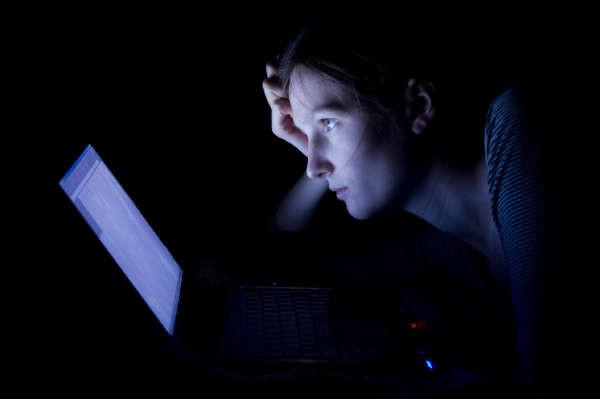 Während der Melatoninspiegel am helllichten Tag niedrig ist, steigt er  über den Abend und erreicht etwa zwischen elf und drei Uhr nachts den  höchsten Wert. Danach sinkt die Melatoninmenge im Körper wieder ab,  wodurch wir morgens schlussendlich aufwachen.  Die Zirbeldrüse besitzt eine direkte Verbindung zu unseren Augen und  merkt so, wenn sich der Blauanteil des Umgebungslichts in Richtung Rot  verschiebt und es allmählich dünkler wird. Bleibt der Anteil an blauem  Licht jedoch hoch, signalisiert das der Zirbeldrüse, nicht zu viel  Melatonin zu produzieren.