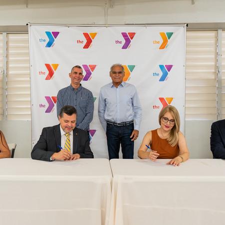 Cooperativa Zeno Gandía otorga donativo para becas del programa de baloncesto de la YMCA