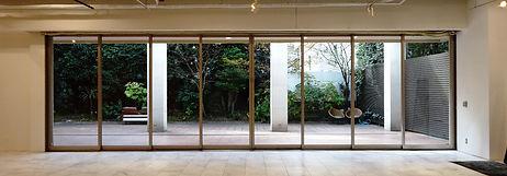 スタジオ内に備え付けられた解放感のあるガラス戸は、一度に沢山の来場者への対応が可能な上、開放することでテラス範囲までを広く使用する事ができ様々なシーンでご使用いただけます☆