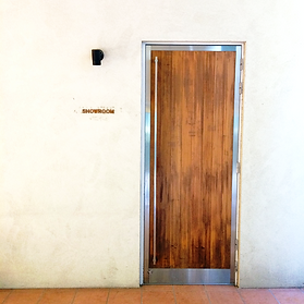 ぬくもりのある木を使用した貸しスタジオの入り口です☆