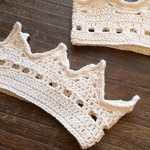 ナチュラルな生成りの手編み王冠(S)