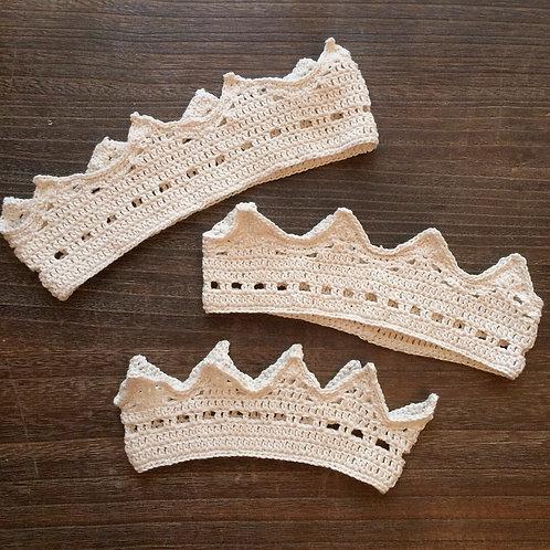 ナチュラルな生成りの手編み王冠(M)