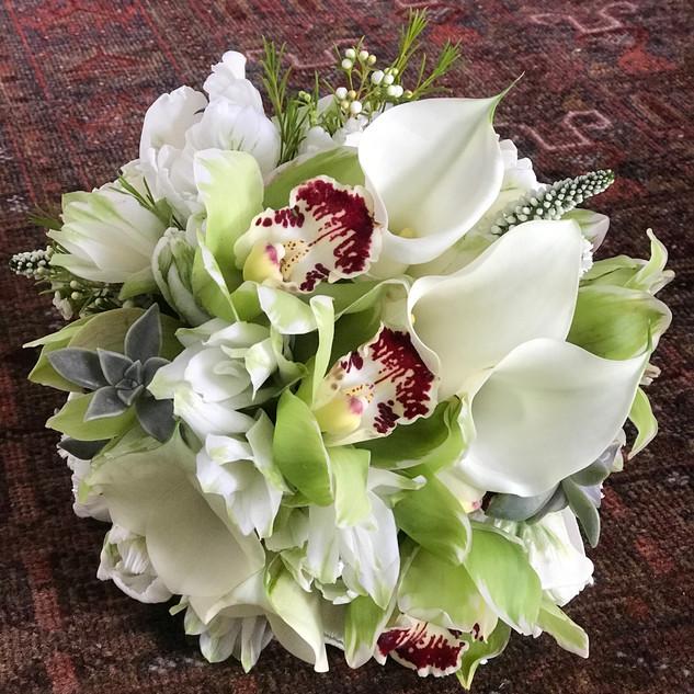 Bouquet Cimbídeos verdes, Kallas brancas, suculentas e Curcumas