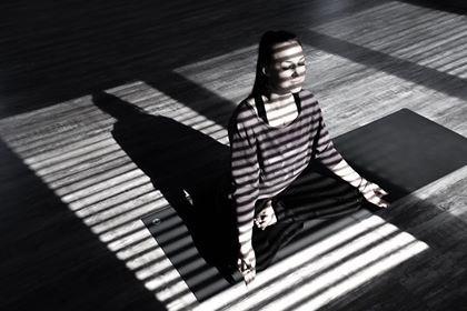 Svart hvitt Yoga Cecilie .jpg
