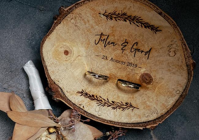 Ringkissen aus Holz mit Lasergravur