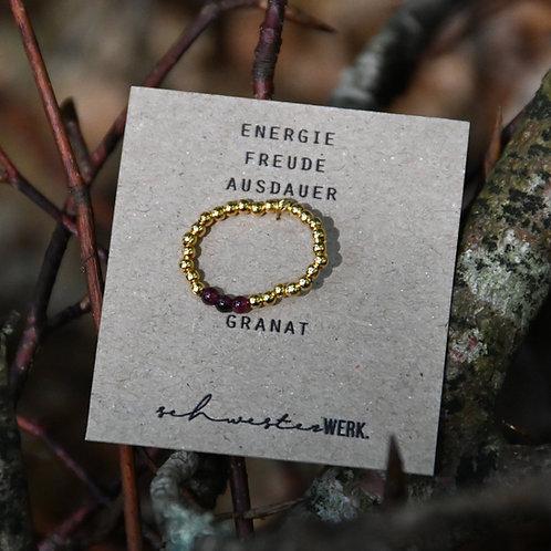 Ring. Granat. Energie. Freude. Ausdauer.