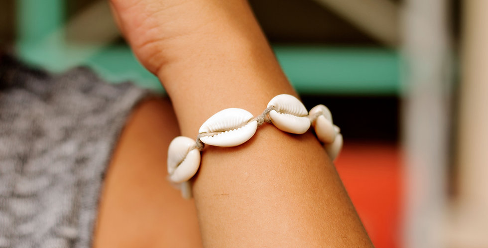 COWRIE SHELL BRACLET