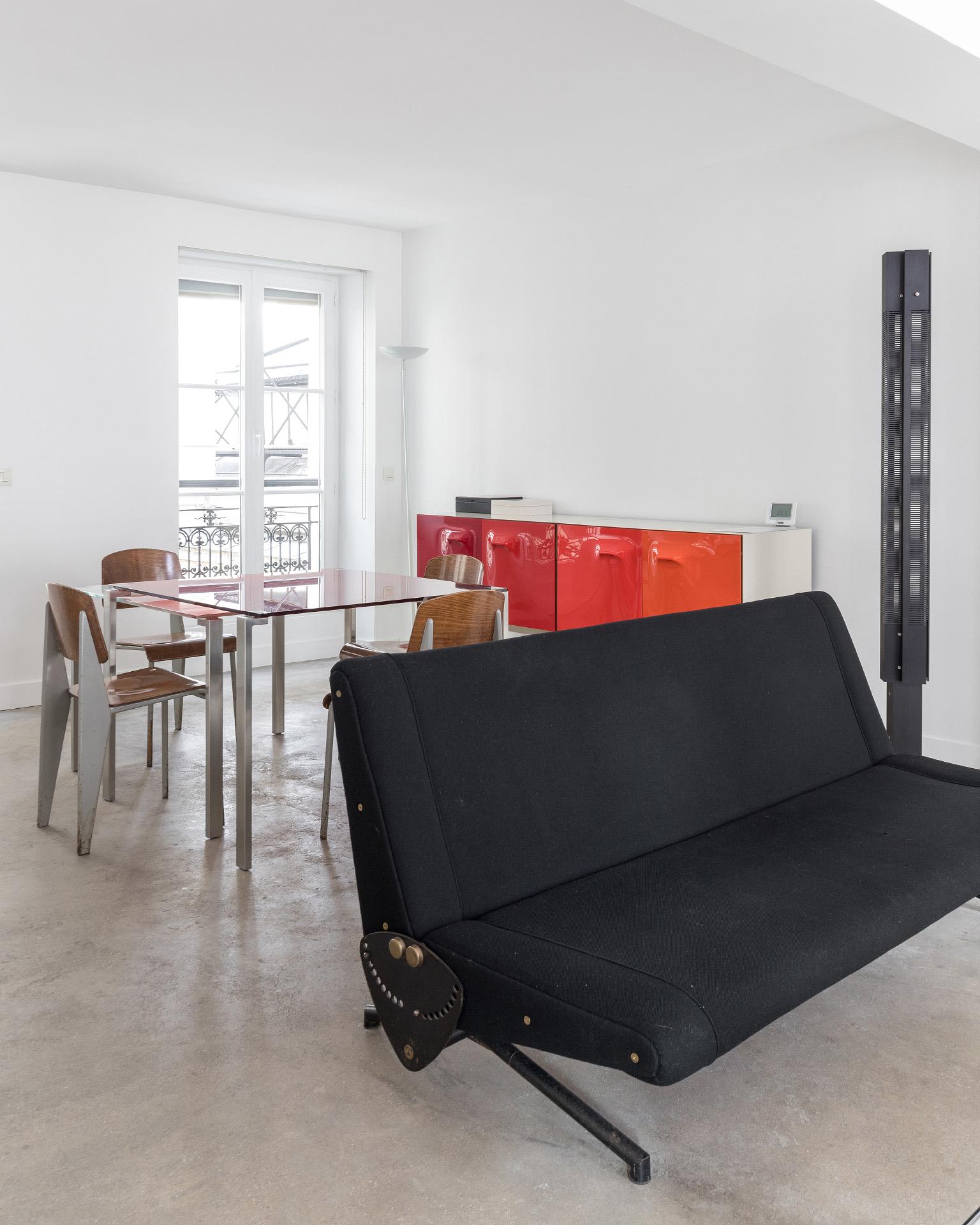 Pièce à vivre avec meubles de design
