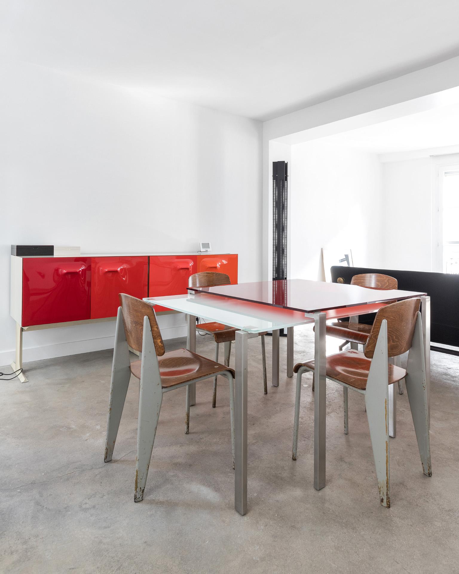 Table Nouvel et chaises Prouvé