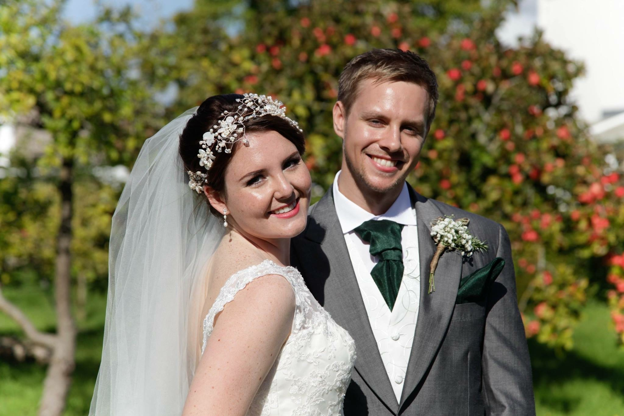 wedding couple with veil and pearl wedding headdress