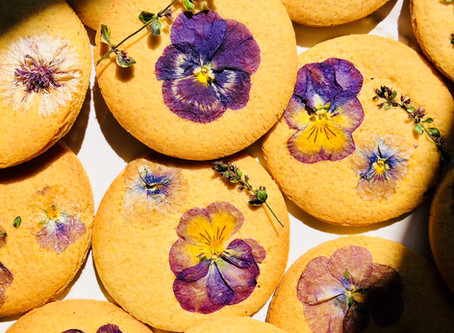 HOW TO: use edible flowers in and on biscuits