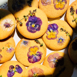 Pressed flower biscuits for a Summer wedding