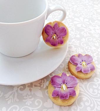 Pretty flower biscuits