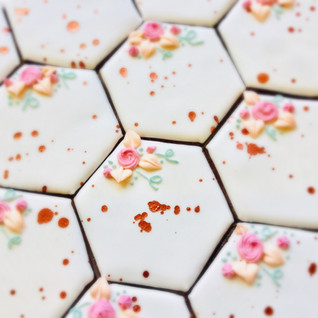 We love these geometric iced biscuits with autumnal metallic touches contrasting with the pretty floral design