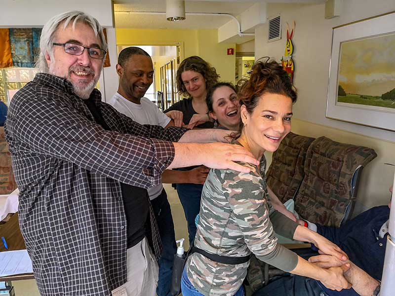 de Gauche à droite : Gérard, Christophe, Manon, Marielle et Stéphanie. Magalie est la photographe
