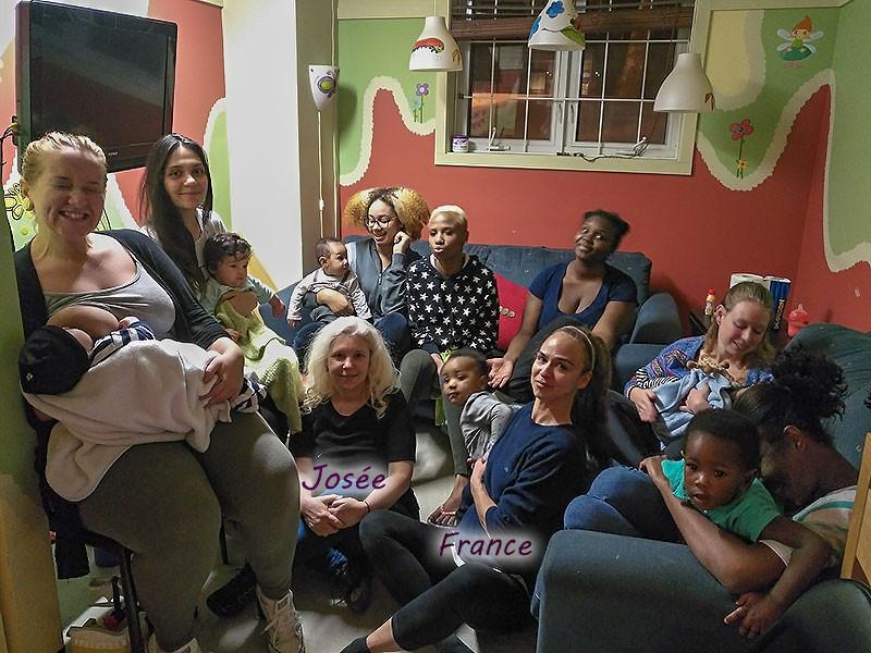 Josée et France en compagnie des mamans et de leurs poupons