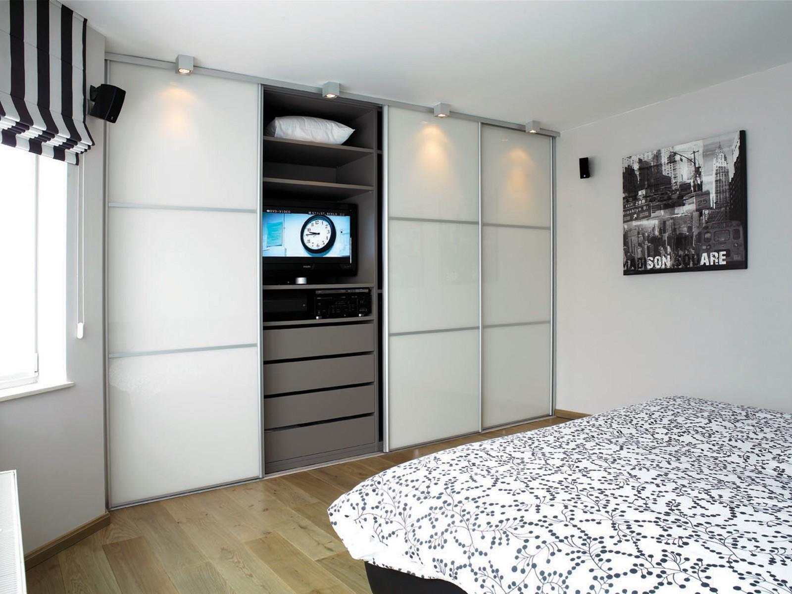 maatkast in slaapkamer wit