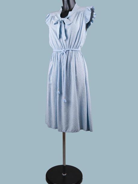 Платье с бантом в мелкий цветочек голубое