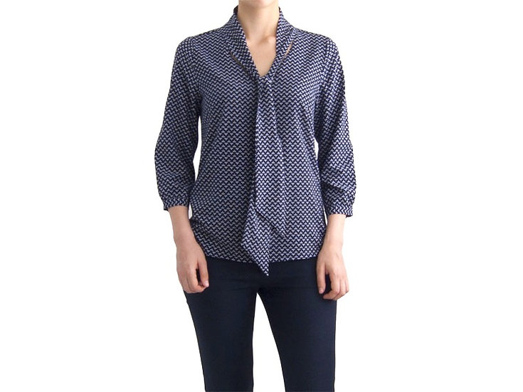 Нарядная блузка  c воротником бантом синяя в мелкий узор 126915-2