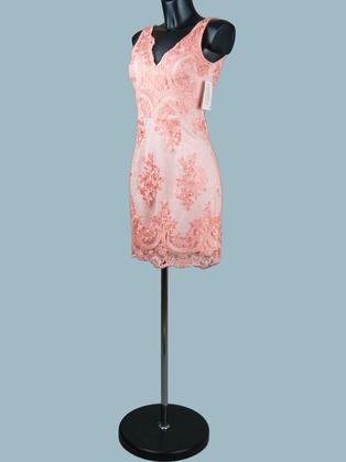 Короткое кружевное платье по фигуре персиковое 1458