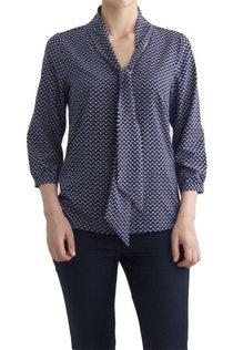 Блузка 126915.                        Нарядная блузка  c воротником бантом синяя в мелкий узор 126915  Рукав ¾  Натуральная, не мнущаяся шелковистая ткань, очень приятная на ощупь.  Блузка прекрасно подойдет как для торжественных мероприятий, так и для повседневной носки. Она хорошо сочетается с брюками и юбками. Благодаря идеальному крою и посадке, блузка выгодно подчеркивает достоинства фигуры и скрывает возможные недостатки.  Размеры EUR (RUS): 36 (42-44), 38 (44-46), 40 (46-48), 42 (48-50), 44 (50-52), 46 (52-54)   Состав: 95% хлопок, 5% лайкра  Производство: Польша  Нарядная блузка c воротником бантом синяя в мелкий узор