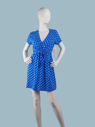 Короткое ярко синее платье в белый горошек