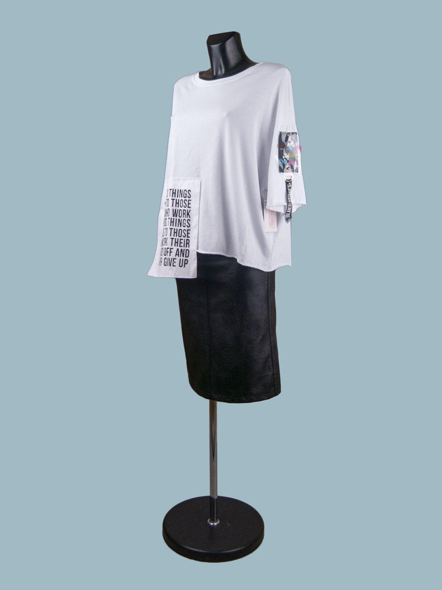 Белая свободная футболка с асимметричным низом